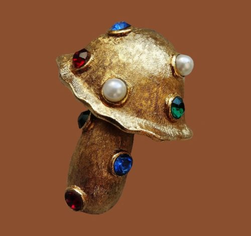 Mushroom brooch. Textured metal of gold tone, crystals, faux pearls. 4.8 cm
