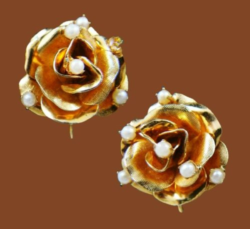 Rose flower earrings. Jewelry alloy of gold tone, textured, faux pearls