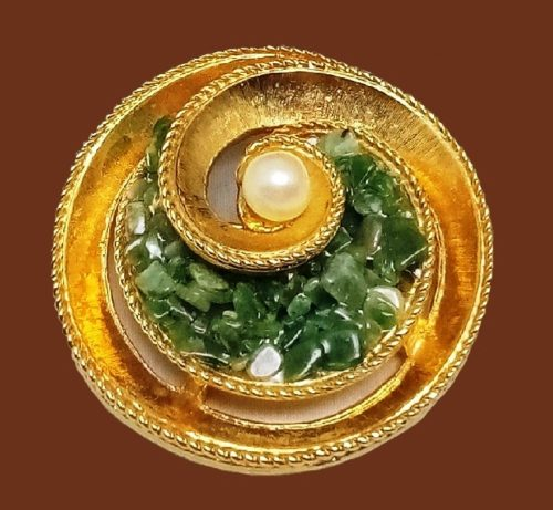 Round swirl brooch of gold tone. Natural jade, faux pearl