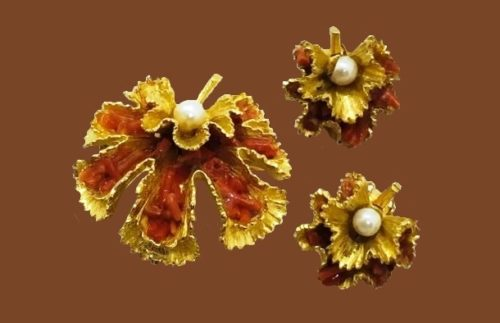 Set of leaf brooch and earrings. Gold tone metal, faux pearl