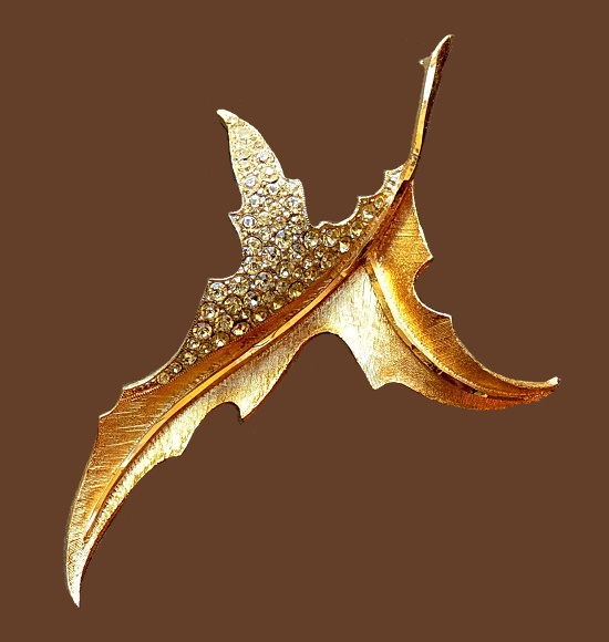 Stunning leaf brooch. Jewelry alloy of gold tone, crystals, enamel. 9 cm