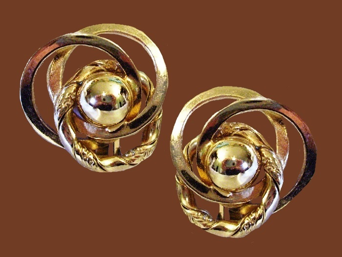 Swirl earrings of gold tone