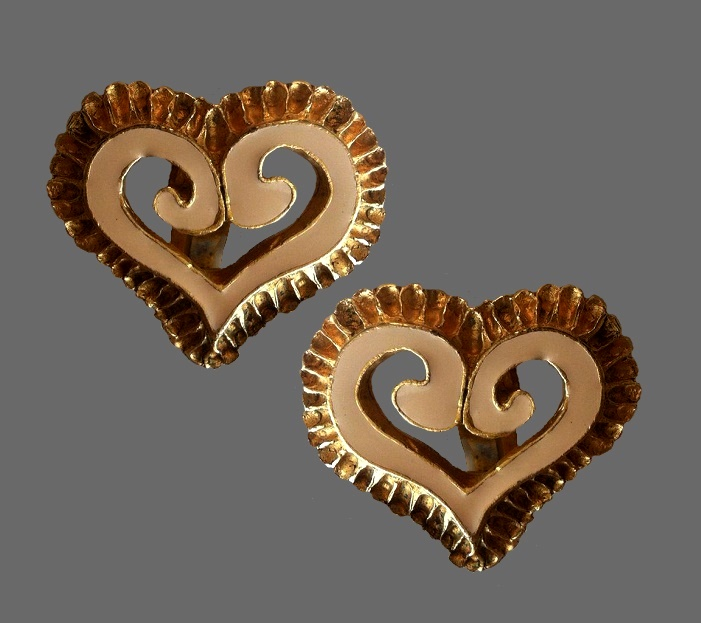 1980s vintage heart shaped clips. Jewelry alloy of gold tone, enamel. 3.5 cm