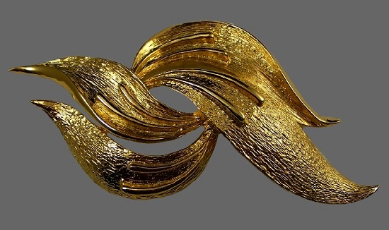 Abstract shape textured metal of gold tone brooch