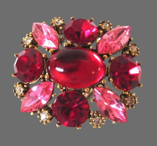 Beautiful pink shades brooch. Glass stones, gold tone jewelry alloy