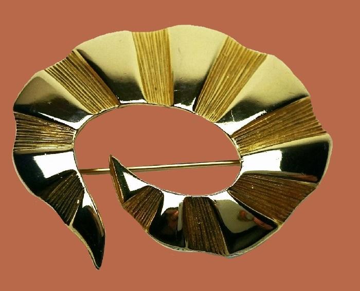 Beautiful spiral shaped gold tone brooch