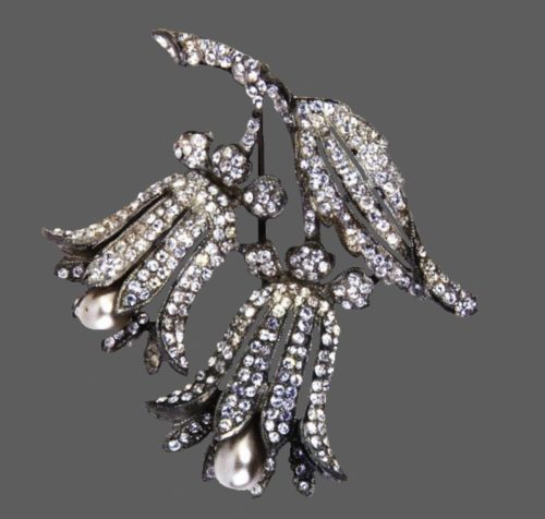 Bellflowers brooch. Rhodium plated metal brooch with rhinestones and pearls