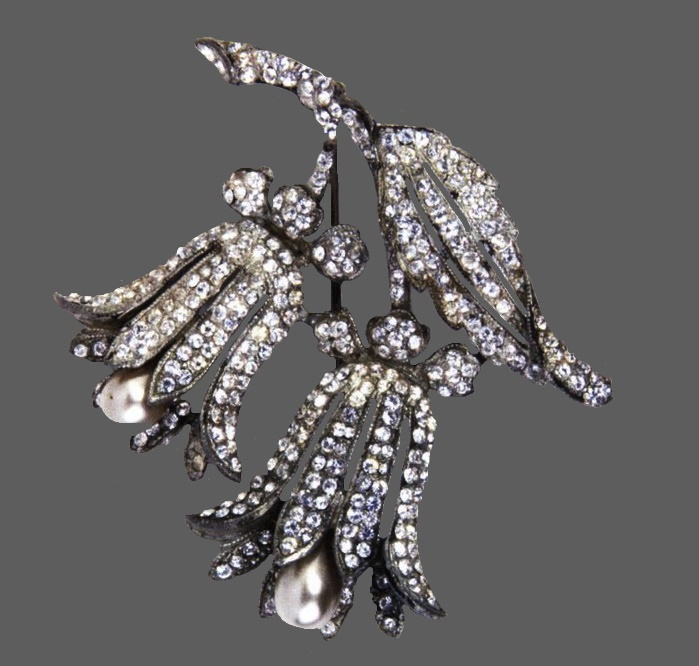 Bellflowers brooch. Rhodium plated metal brooch with rhinestones and pearls