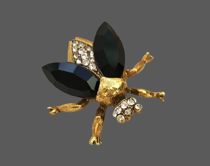 Black glass cabochon fly brooch of gold tone, crystals incerts