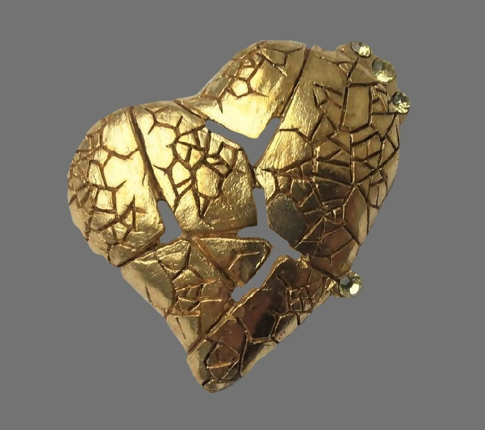 Broken heart brooch. Jewelry alloy, gold plated, crystals. 4.3 cm