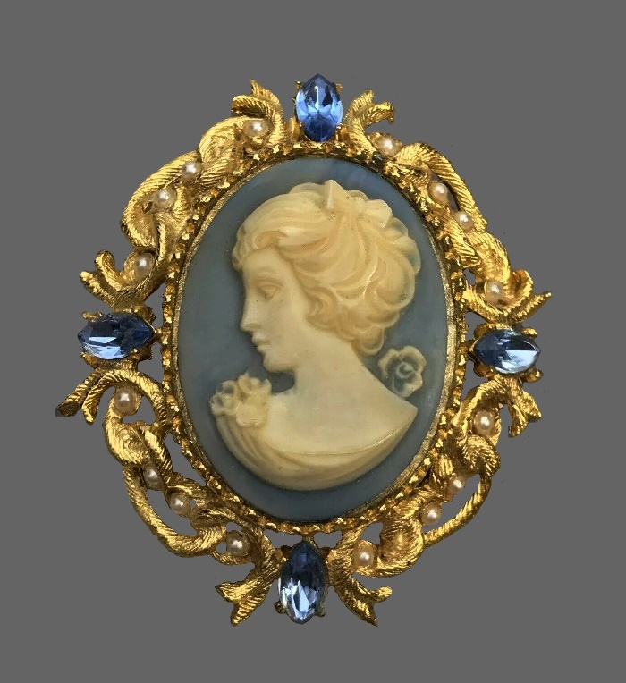 Cameo brooch. Gold tone metal, faux pearls, crystals, resin