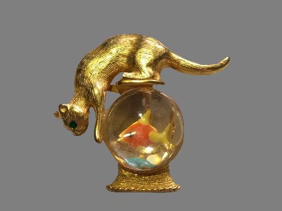 Cat on aquarium vintage brooch. Gold tone, lucite. 5 cm. 1960s