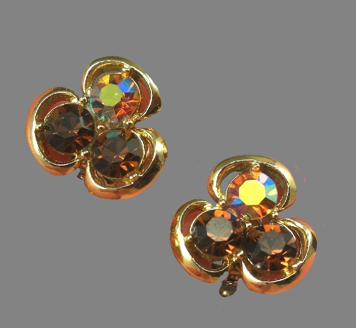 Clover gold tone vintage clips, signed Pakula. Aurora borealis, rhinestones, jewelry alloy. 2 cm