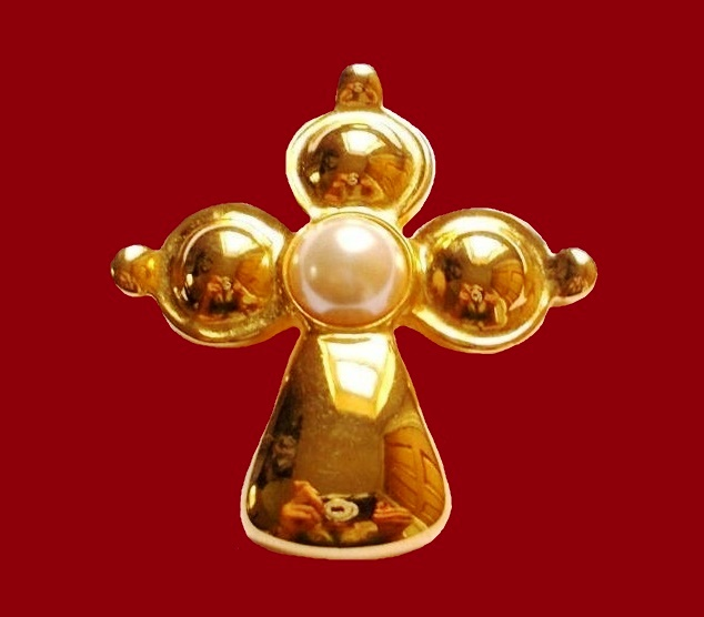 Cross pendant brooch of gold tone and faux pearls
