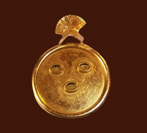 Face mask round brooch of gold tone
