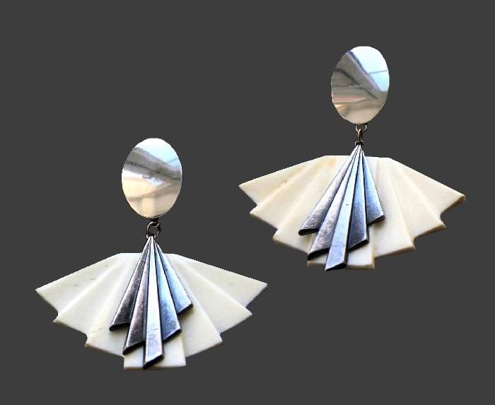 Fan shaped vintage clips. Silver tone metal, plastic. 7 cm