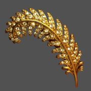 Feather brooch of gold tone decorated with crystals. 5.2 cm