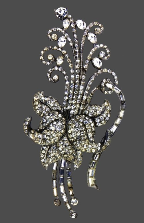 Flower brooch. Silver tone jewelry alloy, clear crystals, art glass. 1940s