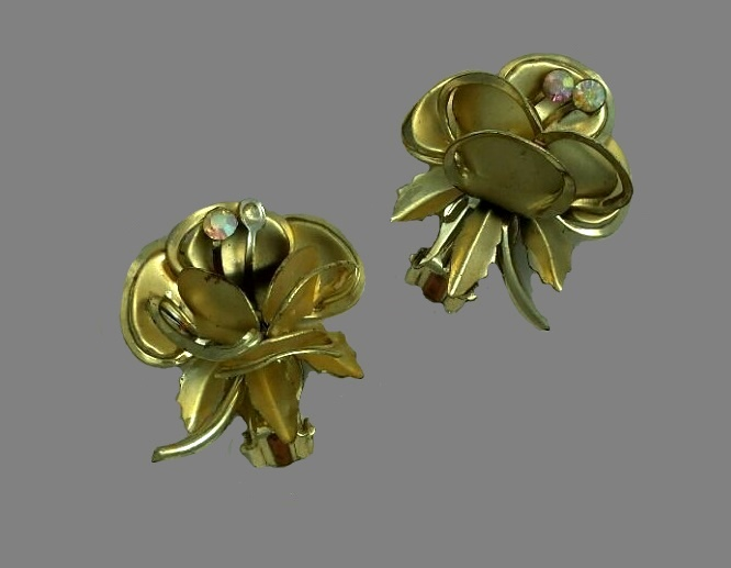 Flower earrings. Gold tone jewelry alloy, rhinestones