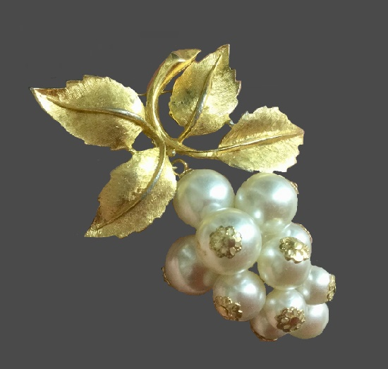 Grape brooch. Gold tone metal, faux pearls. 1960s