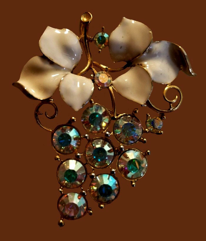 Grape bunch brooch. Jewelry alloy of gold tone, rhinestones
