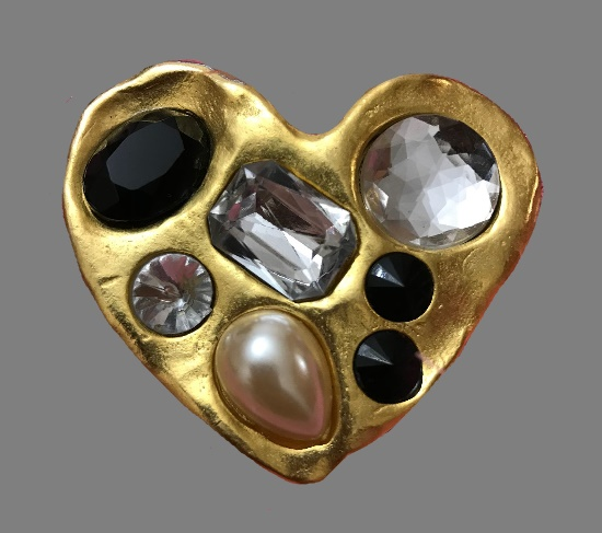 Heart vintage brooch. Gold tone metal, rhinestone, glass, faux pearl. 6.3 cm