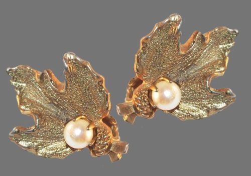 Leaf with pearl. Textured gold tone earrings