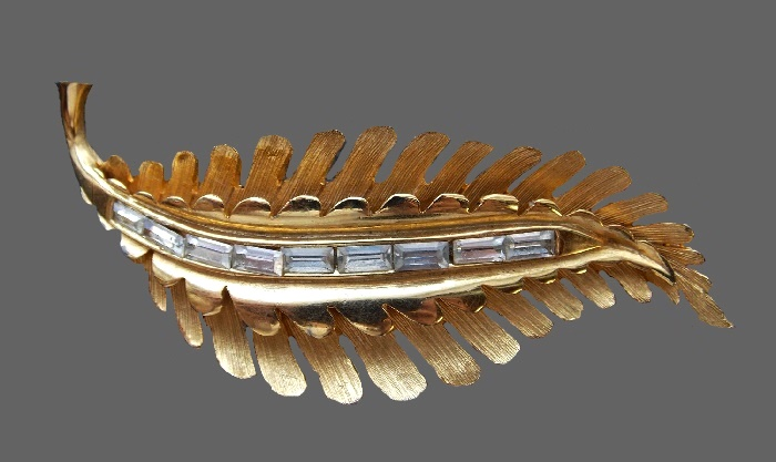 Matte gold tone leaf brooch. Jewelry alloy, crystals. 7 cm