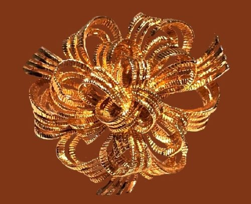 Ribbon brooch of gold tone