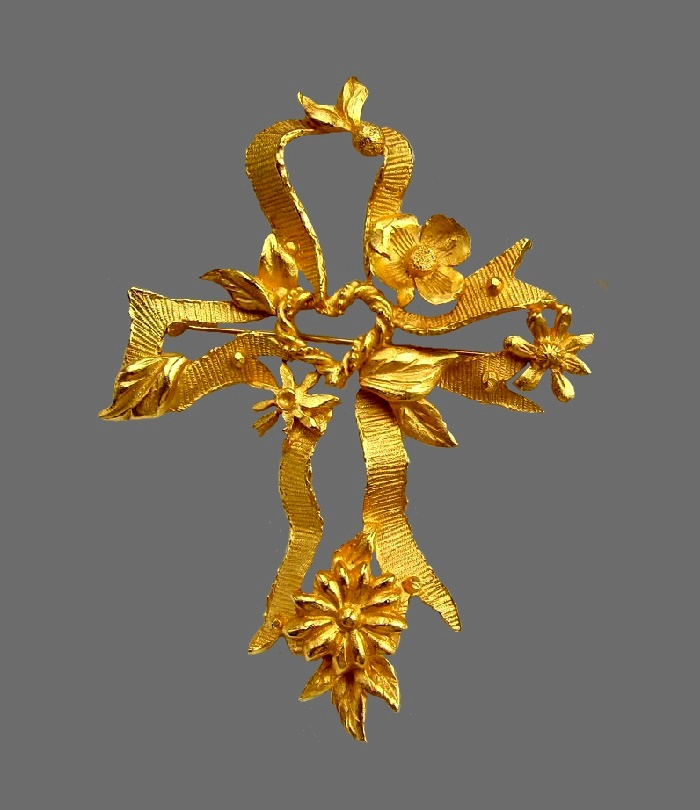 Ribbon cross shaped brooch. Jewelry alloy, 24 K gold plated. 8.5 cm