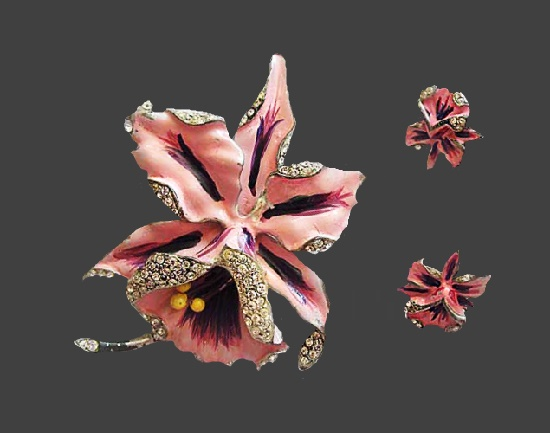 'Cattleya' orchid flower set of brooch and earrings. Silver tone metal alloy, enamel, rhinestones. Brooch 9.7 cm.1950s