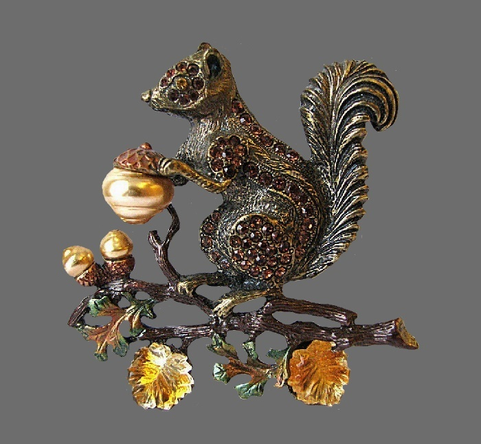 Squirrel vintage brooch. Brass tone jewelry alloy, Swarovski crystals, faux pearls, enamel. 6.3 cm