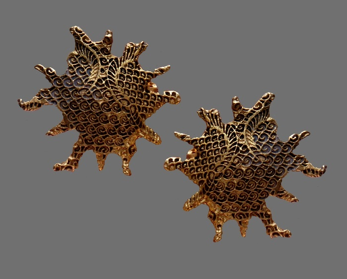 Star shaped gold tone filigree clips. 3 cm