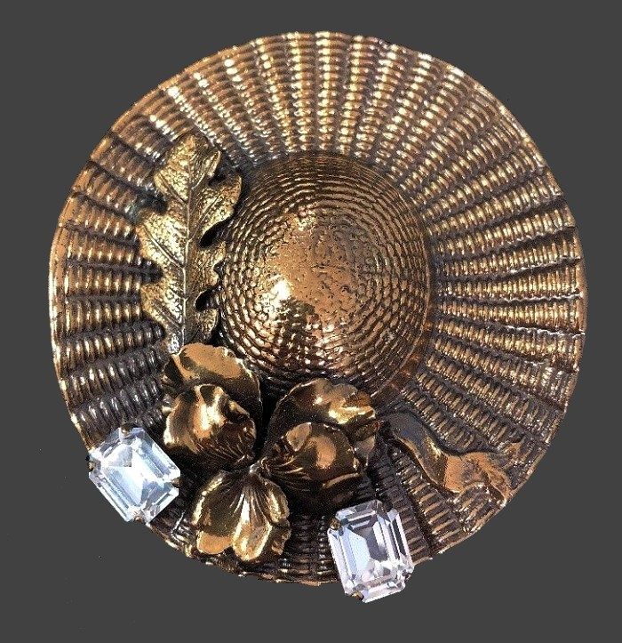 Straw hat vintage brooch. Gold tone jewelry alloy, Swarovski crystals. 7 cm