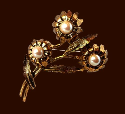 Three flowers brooch of gold tone, faux pearl