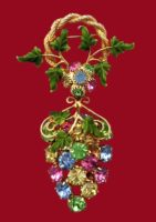 Bunch of grapes vintage brooch. Gold tone jewelry alloy, crystals. 6 cm