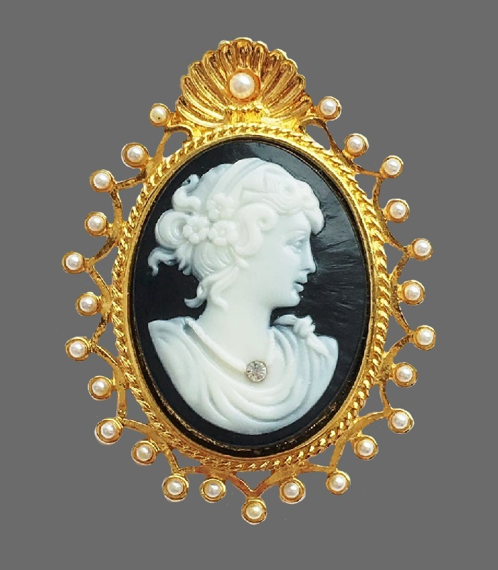 Cameo brooch. Jewelry alloy, Swarovski crystals, faux pearls, lucite. 5 cm