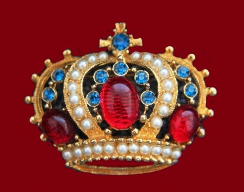 Crown brooch. Jewellery alloy of gold tone, cabochons, crystals, faux pearls. 5.3 cm. 1970s