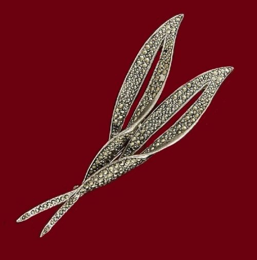 Double leaf motif brooch. Rhodium plated, marcasite