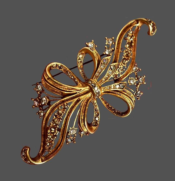 Elegant Bow brooch of gold tone, decorated with crystals. 9 cm