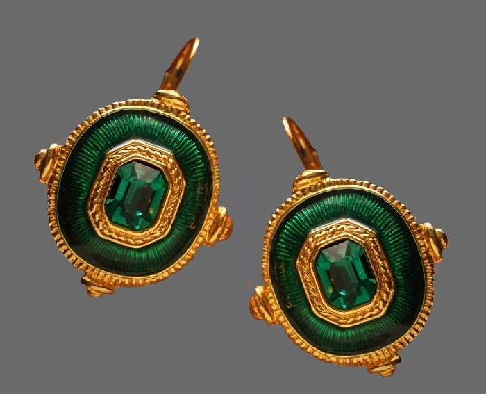 Emerald green glass cabochon earrings of gold tone. 3.6 cm