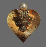 Exquisite leaf-heart shaped brooch. Textured gold tone metal, faux pearl, rhinestones