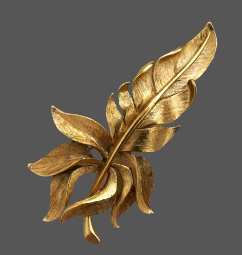 Feather textured gold tone brooch. 10 cm. 1980s