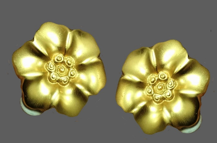 Flower clips of gold tone. 3.5 cm