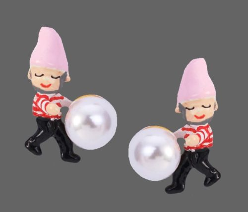 Gnome with a pearl enameled earring