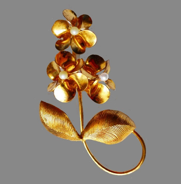 Gold tone flower vintage brooch. 6.5 cm
