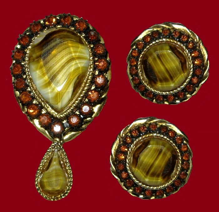 Gorgeous set of brooch and earrings. Faux agate, rhinestones, gold tone metal, 1960s