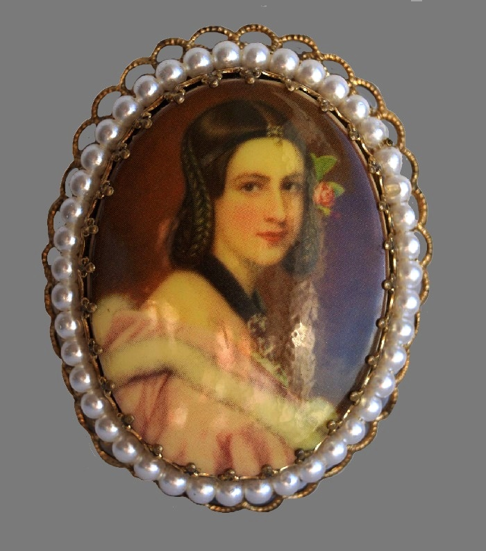 'Jane' portrait oval brooch. Gold tone jewelry alloy, faux pearls. 5 cm