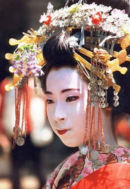 June in Japan is a rainy month and weeping willow (a symbol of geisha), cloves and hydrangea suits