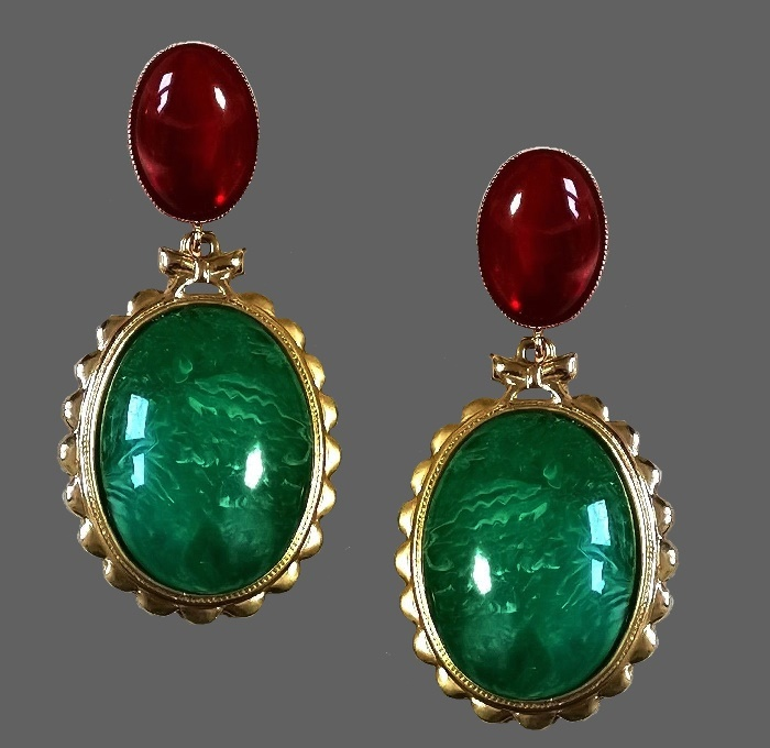 Malachite dangle earrings of gold tone